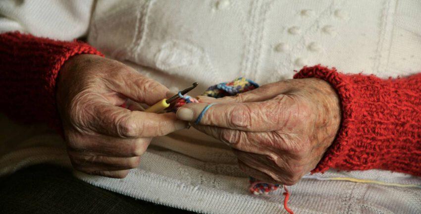 Jak przekonać seniorów do noszenia pieluchomajtek